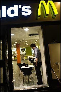 GRENSEN: McDonalds ved Grensen i Oslo ble også utsatt for hærverk. Foto: Scanpix