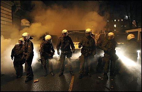 TÅREGASS: Politiet måtte bruke tåregass da det ble opptøyer utenfor den israelske ambassaden i ettermiddag. Omtrent 100 personer er innbrakt. Foto: Scanpix