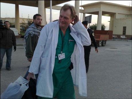 ENDELIG UTE: Den norske legen Erik Fosse møtte lørdag journalister fra hele verden på grensen mellom Egypt og Gaza, da han og Mads Gilbert endelig fikk reise ut av Gaza. Foto: Erlend Skevik
