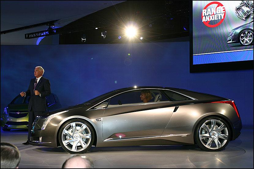 LUKSUS-ELEKTRISK: General Motors' vise-styreformann Bob Lutz overrasket med å vise konseptbilen Cadillac Coverj. Foto: Hanne Hattrem