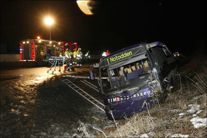 KOLLIDERTE MED BIL: Én person omkom og minst 13 ble personer ble skadd da denne bussen kolliderte med en varebil på E134 i Hokksund i Buskerud. Foto: SCANPIX