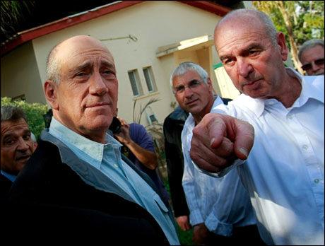- SNART FERDIG: Det sier viseforsvarsminister i Israel, Matan Valnai (t.h.). Til venstre statsminister Ehud Olmert. Foto: AFP