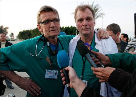 I GAZA: Mads Gilbert og Erik Fosse snakker med internasjonal presse etter å ha sluppet ut fra krigsmarerittet på Gazastripen. Foto: AP