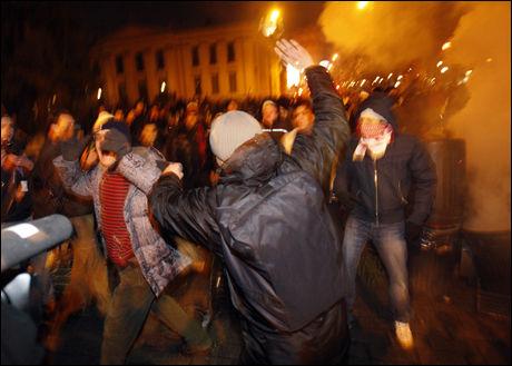 Det ble bråk i Oslos gater torsdag kveld. Politiet måtte ta i bruk tåregass for å splitte demonstrantene. Foto: Scanpix