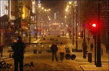 PREGET: Karl Johan var tydelig preget av opprøret som herjet byen torsdag ettermiddag og kveld. Foto: Scanpix