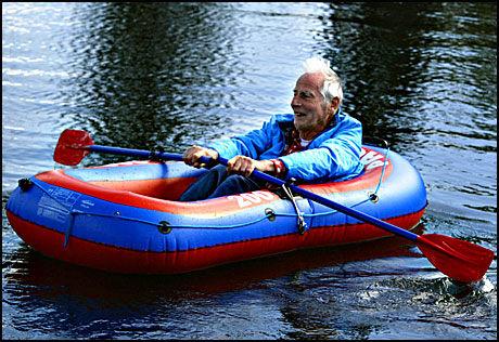 LEKEN: Øvresetertjern ved Tryvann. 92 år gamle Arne Næss prøver gummibåten. Foto: Nils Bjaaland