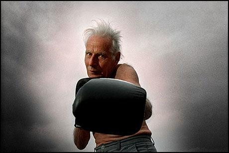 BOKSER: Arne Næss tok helt til det siste gjerne også en boksekamp, i all vennskapelighet. Her poserer han med boksehansker i 1997. Foto: Line Møller