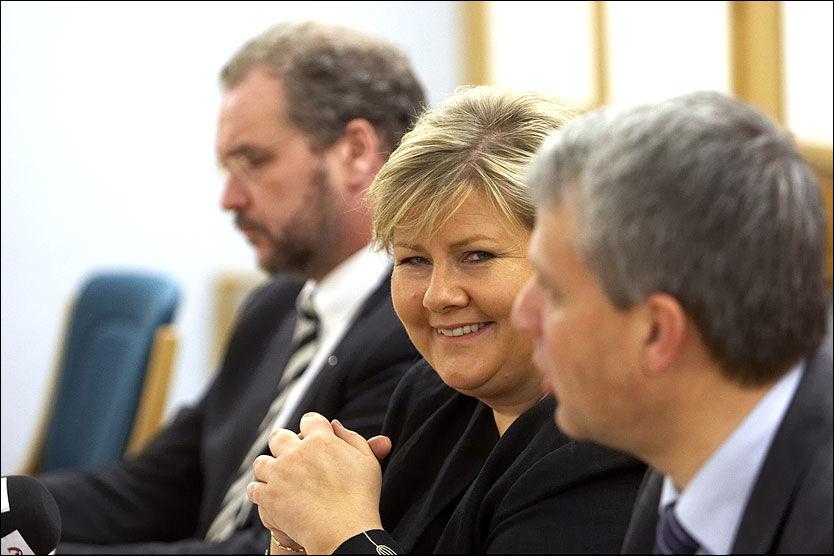 SAMLET: Lars Sponheim, Erna Solberg og Dagfinn Høybråten sa at det var enkelt å bli enige med de gamle regjeringskollegaene. Foto: Scanpix