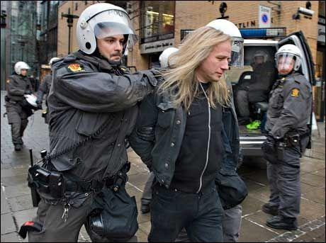 ARRESTERT: Stein Lillevolden blir demonstrert før demonstrasjonen startet forrige lørdag. Foto: Helge Mikalsen