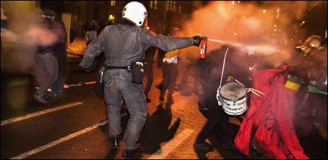 JAGES: Bråk ved den Israelske ambassaden ved årsskiftet. Her fra slutten av demonstrasjonen da politiet jager demonstranter. Foto: FOTO: HELGE MIKALSEN