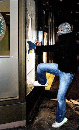 PØBELSTREKER: En gjeng med ungdommer sendte opp fyrverkeri utenfor Stortinget, deretter løp de mot Karl Johan, nedover Egertorget mot McDonalds i Nedre Slottsgate. Begge steder ble det knust vinduer. Foto: FOTO: ROBERT S. EIK