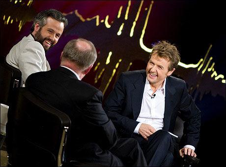 LYSTIG STEMNING: Fredrik Skavlan, Ari Behn og Göran Persson i SVTs TV-studio. Hvorvidt det blir norsk eller svensk setting i framtiden er usikkert. Foto: Jan Johannessen