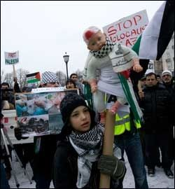 FREDELIG: Også fredag var det demonstrasjoner mot den israelske luft og bakkeoffensiven mot Gazastripen. Islamsk forbund gikk fra Youngstorget til Stortinget i en fredelig markering. Foto: Scanpix