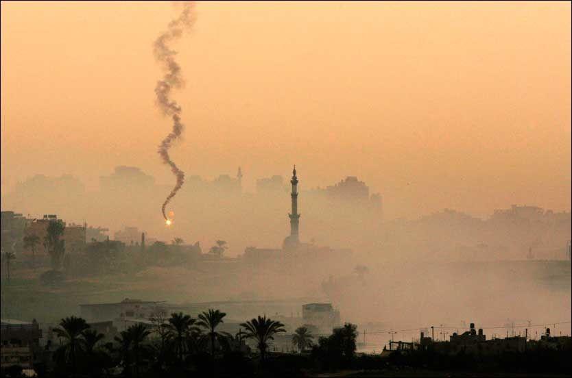 BOMBER GAZA: Bilde er fra grensen til Gaza fredag ettermiddag. Foto: AP Foto:
