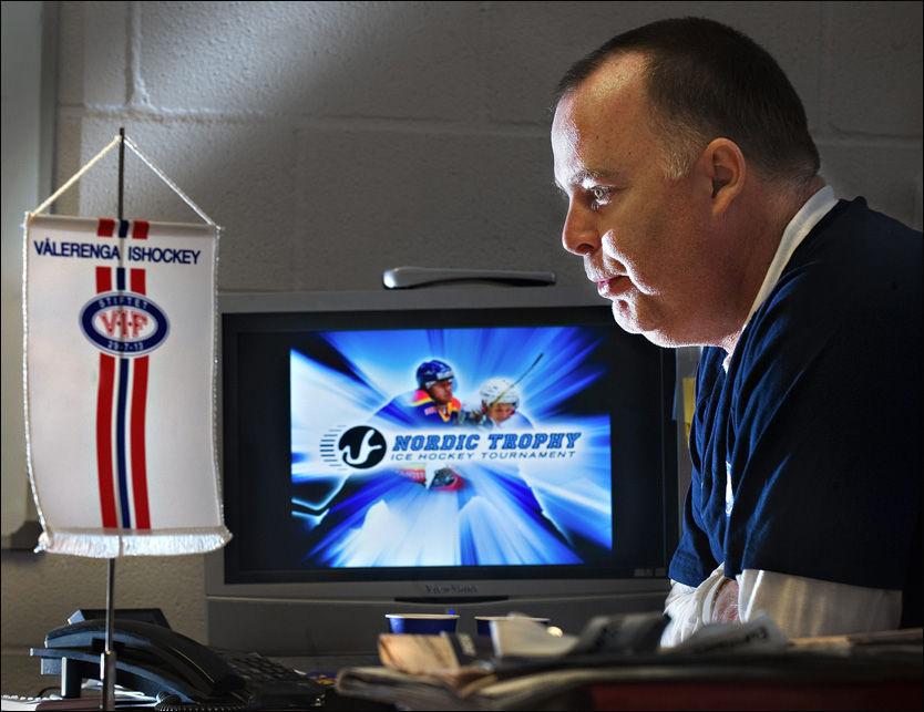 I SVERIGE: Egentlig skulle direktør Jan Tore Kjær i Vålerenga Hockey vært i USA for å se ishockey. I stedet tilbringer han helgen med å kjøre snøscooter i Sverige. Foto: HELGE MIKALSEN