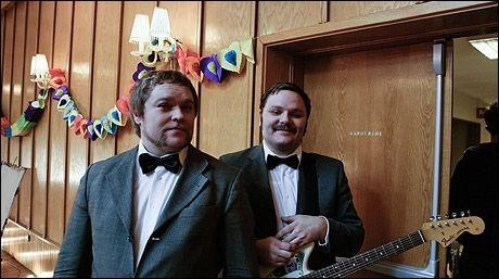 PÅ INNSPILLING: Børge Sageng Henriksen og Hans Egil Løe under en pause i musikkvideoinnspillingen. Foto: Arne Bru Haug