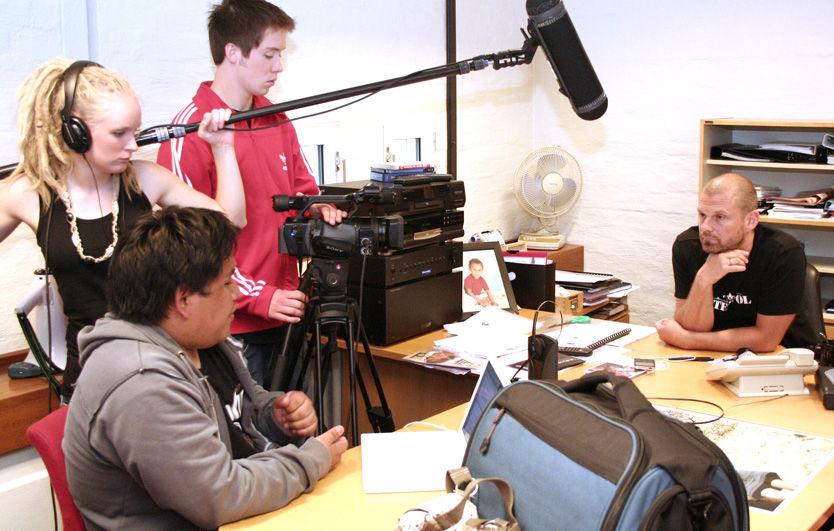 FORKLARER: EMI-sjef Bjørn Rogstad (t.h.) forklarer sitt syn på fildelingen til filmteamet bak Urospredere under innspillingen. Foto: Pål Unanue-Zahl