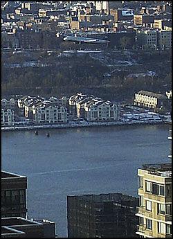 SVEVER OVER BYEN: Piloten fulgte elveløpet og nødlandet i Hudson-elven, bare minutter etter at det hadde tatt av fra La Guardia-flyplassen. Foto: AP