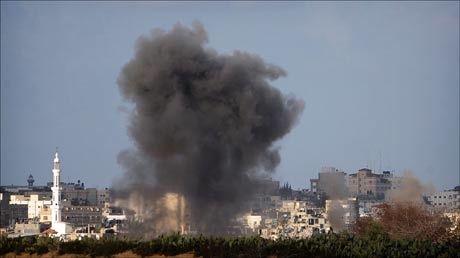 HARDE KAMPER: Kampene i Gaza fortsatte også lørdag. Lørdag kveld erklærte Israel våpenhvile. Foto: AFP