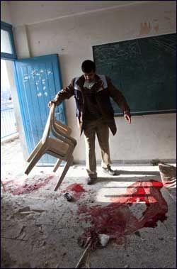 ANGREPET: En FN-skole ble angrepet på Gazastripen lørdag. en ansatt på skolen undersøket et klasserom etter bombeangrepet. To barn skal være blant de drepte. Foto: AFP
