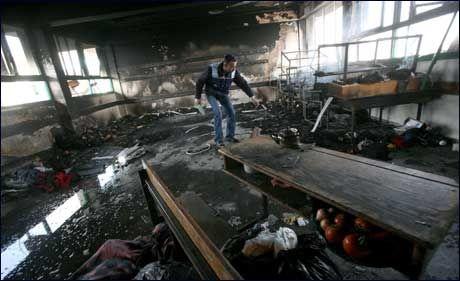 BOMBET: En ansatt ved FN-skolen på Gazastripen som ble bombet lørdag, undersøket et av klasserommene på skolen. Foto: EPA