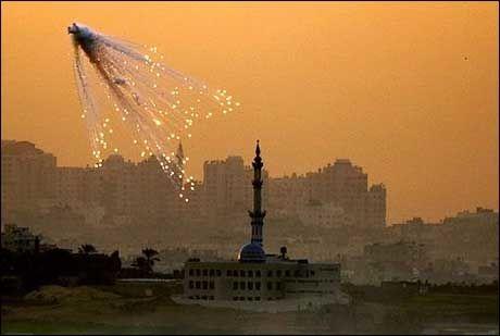 KAN STOPPE: Israelske bomber eksploderer over en moské i den nordlige delen av Gazastripen. Kampene fortsatte lørdag, men Israel vurderer en ensidig våpenhvile. Foto: Scanpix