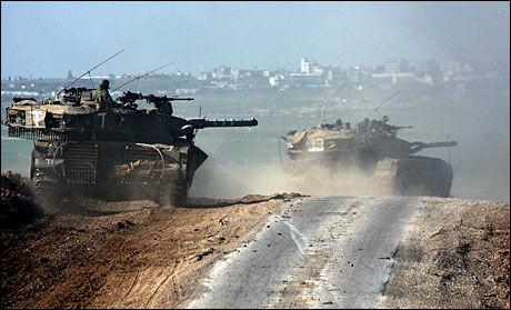 OFFENSIV: Israelske stridsvogner ruller mot Gaza på dette bildet fra torsdag morgen. Foto: AFP