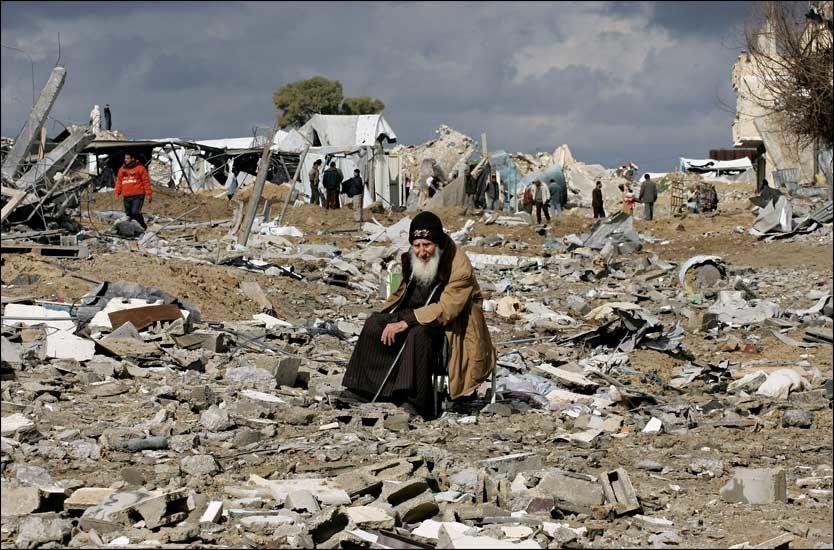 RUINER: En palistinsk mann sitter på ruinene av huset sitt i Rafah nær den sørlige grensen av Gazastripen. Foto: AFP