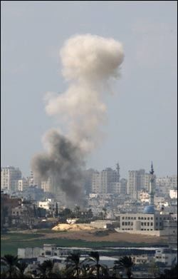 NYE ANGREP: Røyk velter opp etter et israelsk luftangrep i Gaza søndag. Foto: Reuters