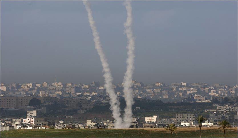 NYE ANGREP: Israel besluttet lørdag kveld å avslutte det tre uker lange angrepet på Gaza, men nye rakettangrep søndag morgen truer våpenstillstanden. Det ble avfyrt fem raketter fra nord på Gazastripen, som traff byen Sderot på israelsk side. Israel gjengjeldte angrepet. Foto: Reuters