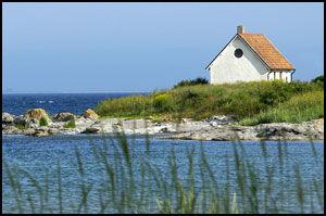 BLÅTT SÅ LANGT DU SER: Gotlands kystlinje er spekket med «smultronstellen» som dette. Foto: JAN JOHANNESSEN.
