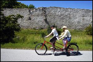 TO MÅ MAN VÆRE: Ringmuren og sykkel - to sentrale faktorer på Gotland. Foto: JAN JOHANNESSEN.