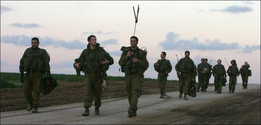 PÅ VEI HJEM: Israelske soldater vender hjem fra Gazastripen etter at både Israel og Hamas har erklært våpenhvile på hver sin kant. Mandag ble likevel en israelsk mann drept, og palestinerne blir utpekt for å stå bak. Foto: AFP