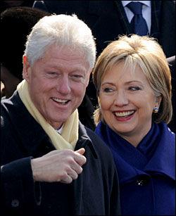 SMIL OG GLEDE: Bill og Hillary Clinton var til stede ved innsettelsen. Foto: AFP