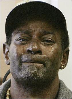 TÅRER FOR OBAMA: Den hjemløse Farrington James gråter ved innsettelsen av Obama som president. Foto: AP