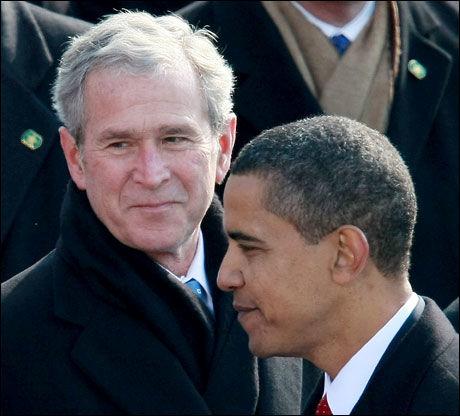 DET GAMLE OG DET NYE: Barack Obama passerer sin forgjenger, George W. Bush under innsettelsen i Washington. Foto: AFP