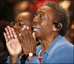 BEGEISTRING: En TV-tilskuer i Ft Lauderdale klapper mens hun ser Obama avlegge eden. Foto: EPA