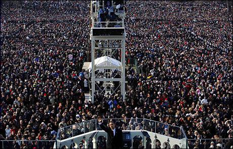 FOLKEHAVET: En enorm folkemengde fulgte innsettelsen. Foto: SCANPIX