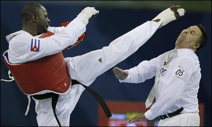 OL-SKANDALE: Angel Valodia Matos angrep svenske Chakir Chelbat med slag og spark etter bronsefinalen i taekwondo mot Kasakhstans Arman Chilmanov. Foto: AP
