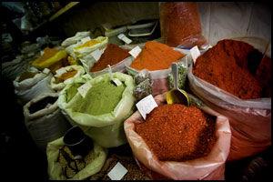 KRYDDER: Krydder er billig i Tunisia. Det selges i løs vekt i souken. Foto: Terje Bringedal