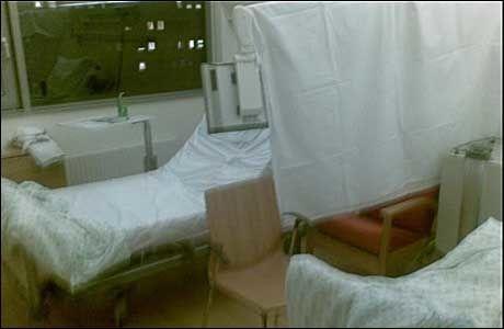 «SKILLEVEGG» Et hvitt laken er hengt opp for å skille mellom to pasienter som er plassert på rom for en person. Foto: PRIVAT