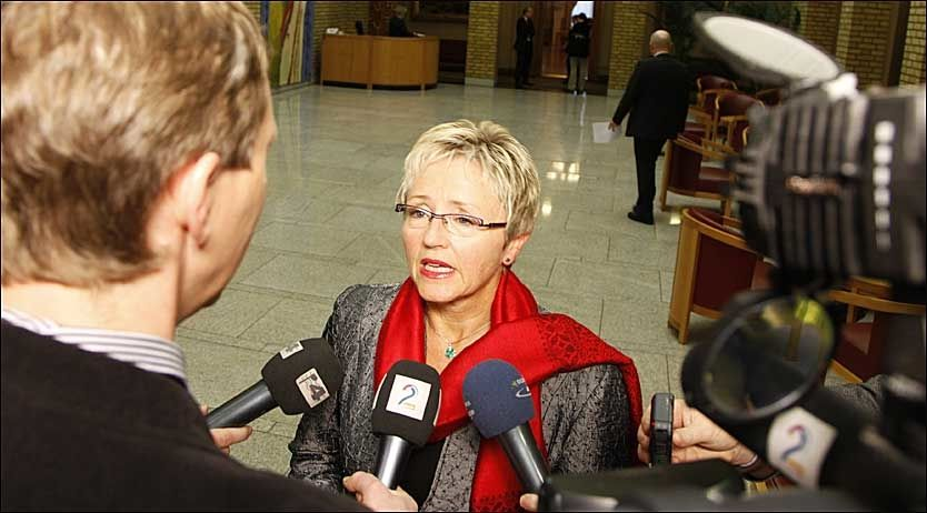 RETRETT: Sp-leder Liv Signe Navarsete fikk mye å svare for i går etter at Senterpartiet trakk det omstridte blasfemi-forslaget. Foto: SCANPIX