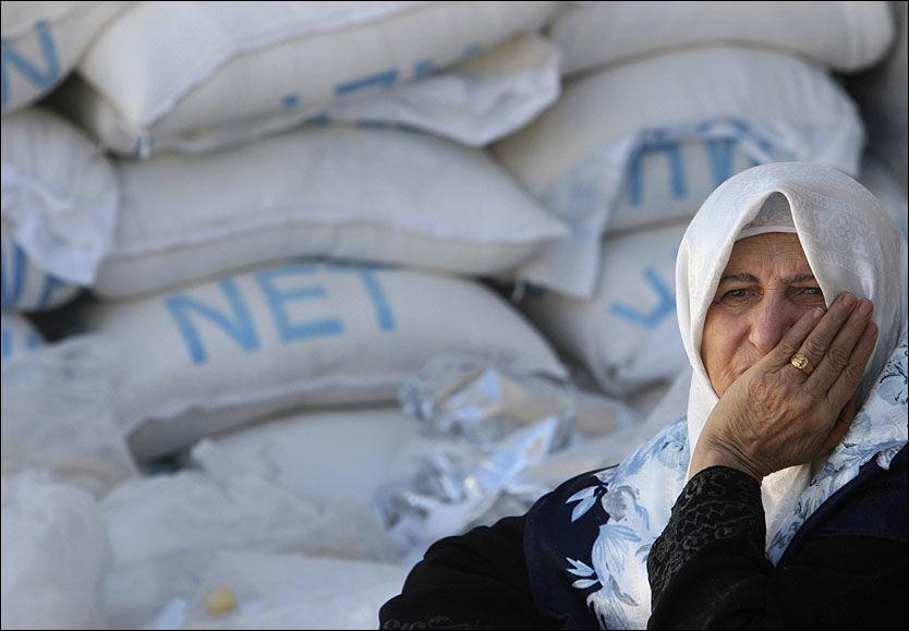 FORSYNINGSSTOPP: En palestinsk kvinne venter på å få utdelt en rasjon fra UNRWAs nødhjelp. Nå stopper FN nødhjelpen fordi Hamas har forsynt seg med mange tonn matvarehjelp. Foto: REUTERS
