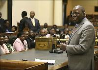Henlegger sak mot zimbabwisk opposisjonsleder