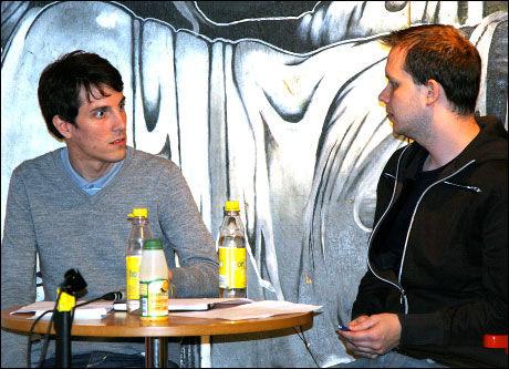 MYE FOR SPORTEN: Magnus Eriksson (t.v.) fra Piratbyrån og Peter Sunde fra The Pirate Bay synes det er direkte morsomt å håndtere alvorlige brev fra filmindustriens advokater. Foto: Pål Unanue-Zahl