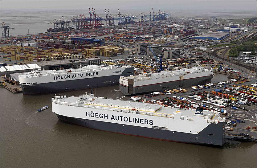 ENORME SKIP: Höegh Autoliners har ca.70 bilskip i verdensomspennende seilingsmønstre. Skipene på bildene representerer kjerneflåten og har kapasitet til å frakte opp til 7.000 biler på 12 bildekk med samlet areal tilsvarende 10 fotballbaner. Foto: Höegh Autoliners