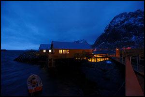 STEMNING: Vinterlyset og villskapen ytterst i Lofoten har inspirert kunstnere og bergtatt besøkende. Her fra Holmen på Sørvågen. Foto: Bjørn Erik Rygg Lunde