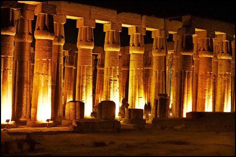 HISTORISK LYS: Når det skumrer i Luxor, blir tempelet i byen vakkert opplyst. Foto: Tore Kristiansen