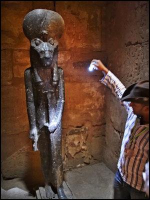GUIDENS FAVORITT: Etter lange forhandlinger med tempelvaktene i Karnak fikk vi lov til å «møte» løvegudinnen Sekhmet, favorittstatuen til guiden vår, egyptolog Achmed Aboudi. Foto: Tore Kristiansen.