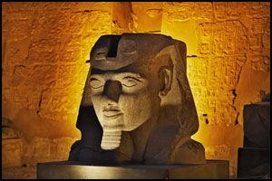 BLID FARAO: Ramses II var en av de to store byggherrene bak Amon-Ra-tempelet i Luxor. Han smiler fortsatt hemmelighetsfullt til de besøkende - nesten 3500 år etter arbeidet med tempelet ble påbegynt. Foto: Tore Kristiansen.